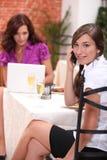 餐馆的两名女实业家 库存图片