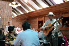 餐馆的吉他弹奏者在圣地亚哥 免版税库存图片