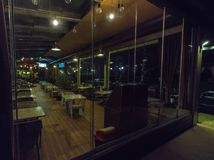 餐馆的夜陈列室Yavorov堤防的在保加利亚波摩莱 免版税库存照片