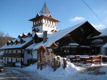 餐馆的看法小山的在镇上 库存图片
