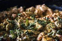 从餐馆的水多的肉 肉炖用香料 荷兰芹,莳萝,胡椒,牛至,盐 美丽的肉 盘用肉 克洛 库存图片