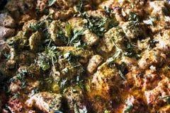 从餐馆的水多的肉 肉炖用香料 荷兰芹,莳萝,胡椒,牛至,盐 美丽的肉 盘用肉 克洛 图库摄影