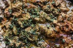 从餐馆的水多的肉 肉炖用香料 荷兰芹,莳萝,胡椒,牛至,盐 美丽的肉 盘用肉 克洛 免版税库存图片
