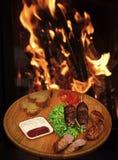 餐馆盘概念 盘开胃装饰用莴苣和面包 在木串,烤肉串的肉卷 免版税库存照片