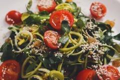 餐馆盘-在土气桌上的菜沙拉 库存图片