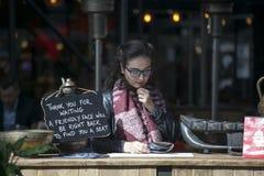 餐馆经理读菜单预期访客 板材说: 免版税库存图片