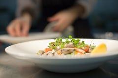 餐馆膳食在厨房里 免版税图库摄影