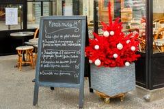 餐馆菜单和圣诞树,巴黎 免版税库存照片