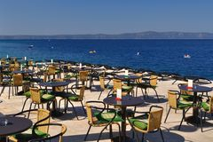 餐馆表和椅子Podgora海滩的  图库摄影