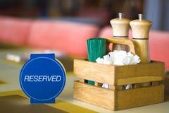 餐馆表招待会的与后备的卡片-休闲、人们和服务概念设置服务 库存图片
