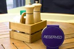 餐馆表招待会的与后备的卡片-休闲、人们和服务概念设置服务 免版税库存照片