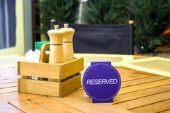 餐馆表招待会的与后备的卡片-休闲、人们和服务概念设置服务 免版税图库摄影