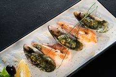 餐馆贝类纤巧海鲜盛肉盘 免版税库存图片