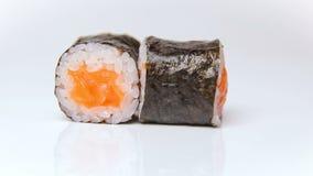 餐馆转动在白色的寿司卷的厨师介绍 影视素材