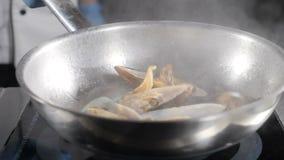 餐馆食物烹调 慢动作食物录影 厨师在煎锅的烹调或抛海鲜 飞溅油 HD 股票录像