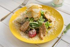餐馆食物特写镜头 凯撒鸡丁沙拉用巴马干酪 免版税库存照片