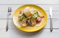 餐馆食物特写镜头 凯撒鸡丁沙拉用巴马干酪 库存图片