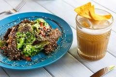 餐馆食物特写镜头 牛肉沙拉用啤酒和芯片 免版税库存图片