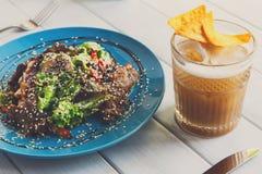 餐馆食物,温暖的肉沙拉特写镜头 免版税库存照片