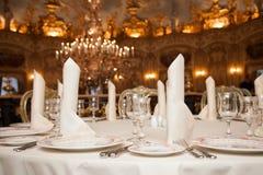 餐馆饭桌餐位餐具: 餐巾,葡萄酒杯,牌照 免版税库存照片