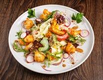 餐馆饭食-与新鲜蔬菜的沙拉烤了小牛肉并且烘烤了土豆 库存照片