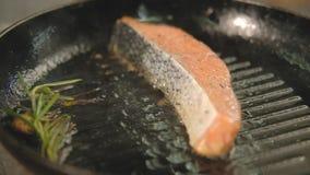 餐馆鱼粉厨师三文鱼内圆角格栅 影视素材