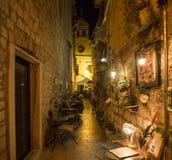 餐馆,咖啡地方,酿酒厂在希贝尼克镇,在一条小狭窄的街道的外部就座的中心有教会的 库存图片