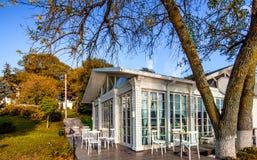 餐馆,咖啡馆外部在秋天,背景方式 免版税库存照片