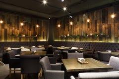 餐馆,拷贝空间舒适木内部  图库摄影