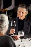 餐馆:在晚餐的夫妇饮用的酒 免版税库存照片
