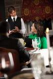 餐馆:女服务员接受在数字式片剂的命令 库存照片