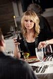 餐馆:妇女有关他们为电影将是晚 库存照片