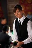 餐馆:斟酒服务员倒杯酒 免版税图库摄影