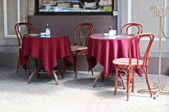 餐馆` s intreer和一个咖啡馆与桌,椅子和盖,为盘,一张桌服务午餐的 桌布 库存照片