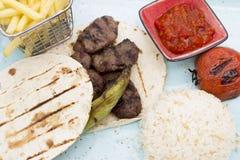 餐馆bbq食物肉在板材的米炸薯条 库存图片