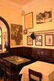 餐馆Café马蒂纽da Arcada里斯本:头等斑点&著名诗人Pessoa's桌 免版税图库摄影