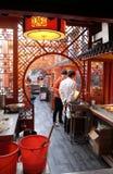 餐馆Nanluoguxiang Hutong的内部在北京 库存照片