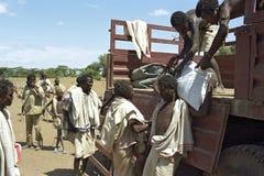 饥饿和干渴在远处人的在埃赛俄比亚的沙漠 免版税库存图片