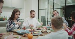 饥饿大家庭的服务和吃的吃饭时间食物和有巨大大气在一个现代厨房里 影视素材