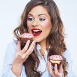饥饿的妇女叮咬蛋糕 15个妇女年轻人 免版税图库摄影
