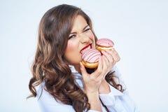 饥饿的妇女叮咬蛋糕 15个妇女年轻人 免版税库存照片