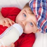 饥饿的小男孩饮用奶 库存照片