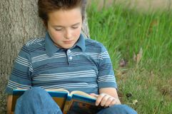 饥饿的知识阅读程序年轻人 库存照片