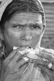 饥饿的贫穷妇女 免版税库存图片
