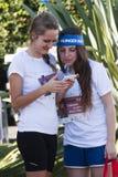 饥饿跑(罗马) -世界粮食方案-有手机的两个女孩 库存照片