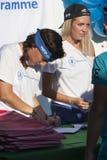 饥饿跑(罗马) -世界粮食方案-题字的长凳的两个女孩 免版税库存图片