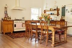 饭厅和厨房在一个乡村模式的家 免版税库存照片