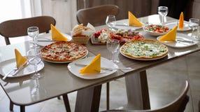 饭桌服务与银器、玻璃器皿和可口盘 免版税库存照片