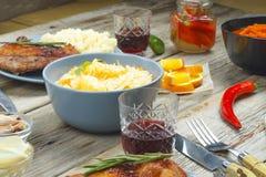 饭桌概念,食物,烤了,牛排,土豆,沙拉,木桌,玻璃,红葡萄酒 复制空间 库存照片
