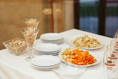 饭桌用开胃菜-花生和芯片 免版税库存照片